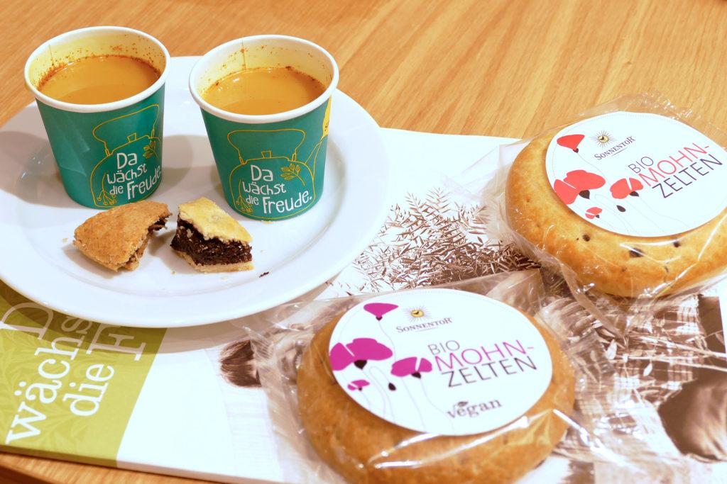 Kostproben von Mohn-Zelten und Kurkuma-Latte