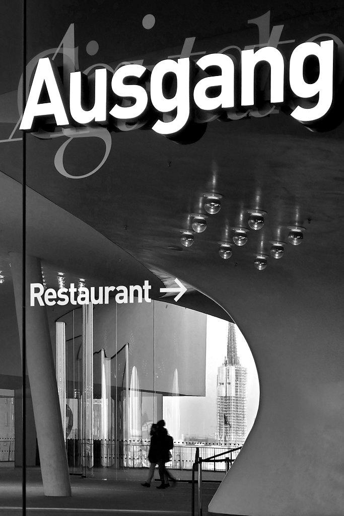 Druchblick Aussichtsplattform Elbphilharmonie Hamburg mit Schrift, SW-Foto