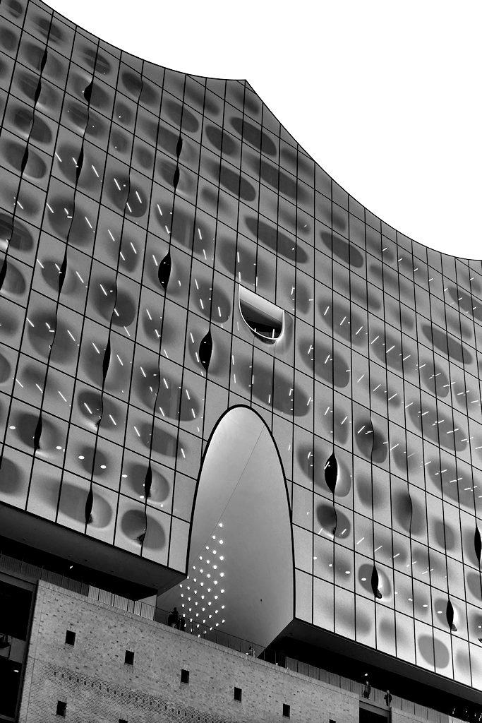 Blick zur Aussichtsplattform der Elbphilharmonie SW-Foto, Hochformat