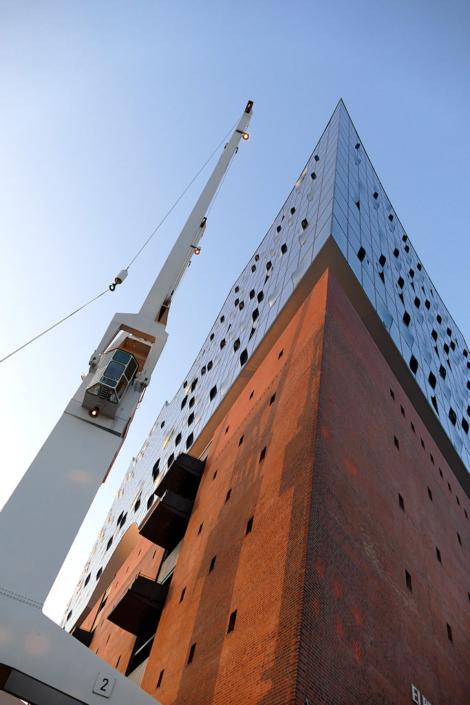 Spitze der Elbphilharmonie Hamburg mit Kran, Hochformat