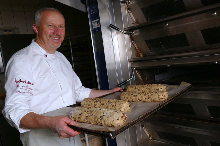 Herr Heller schiebt den Dresdner Christstollen in den Ofen