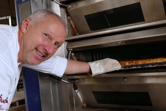 Dresdner Christstollen wird im Ofen gebacken