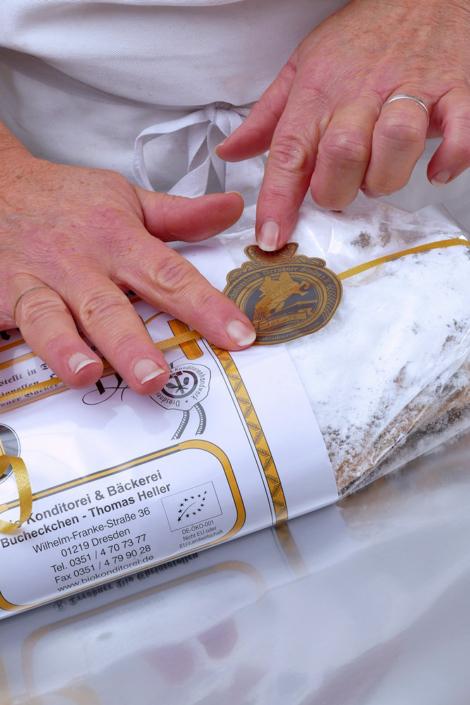 Das Stollensigel wird auf dem Dresdner Christstollen angebracht