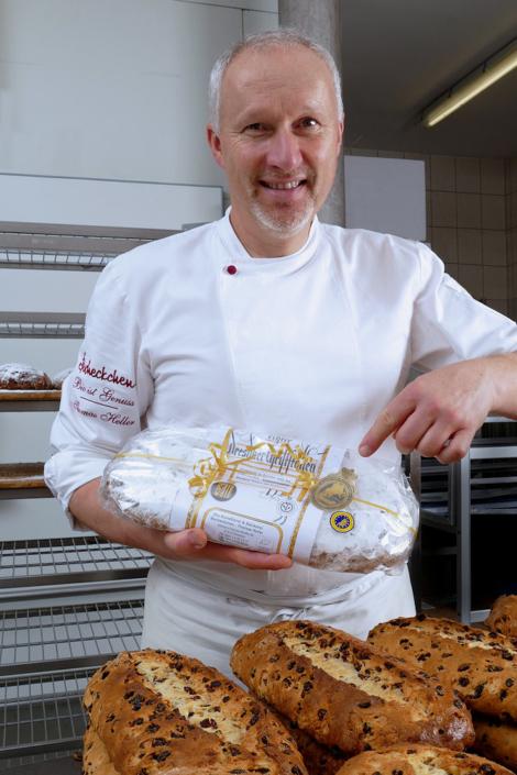 Bäckermeister Heller zeigt seinen Dresdner Christstollen mit Siegel