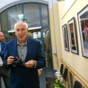 Thomas Hoepker mit Kamera besucht seine Ausstellung