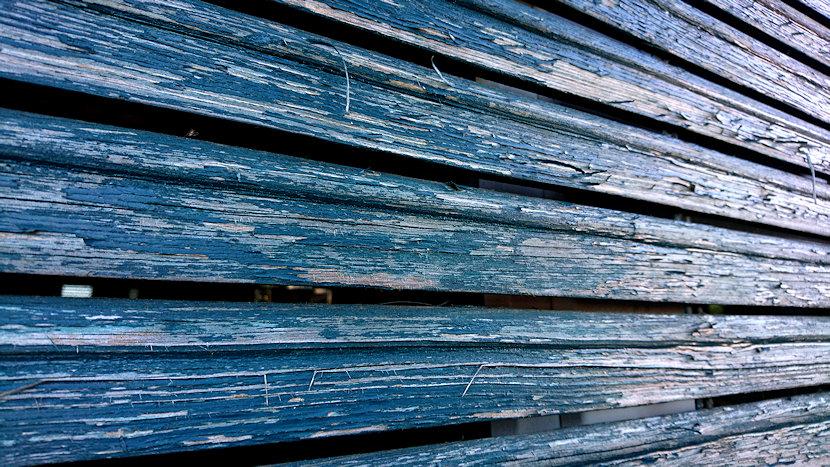 Detail von alter blauer Holzjalousie