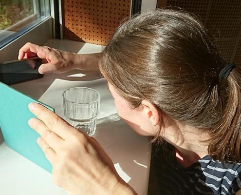 Selbstporträt mit Handy, Spiegel und Glas