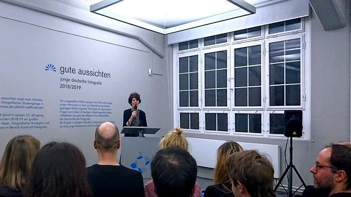 Josefine Raab spricht vor Preisträgern in den Technischen Sammlungen Dresden