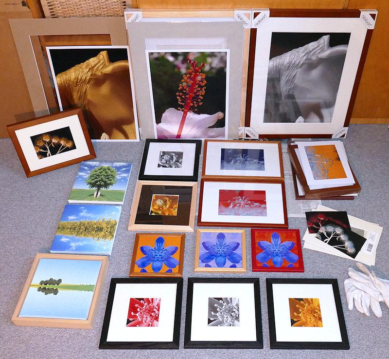 Fotos in verschiedenen Größen Farbe und Schwarz-Weiß liegen gerahmt auf dem Boden