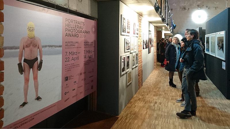 Portraits Helleraus 2019 Blick in die Ausstellung im Pumpenhaus 2