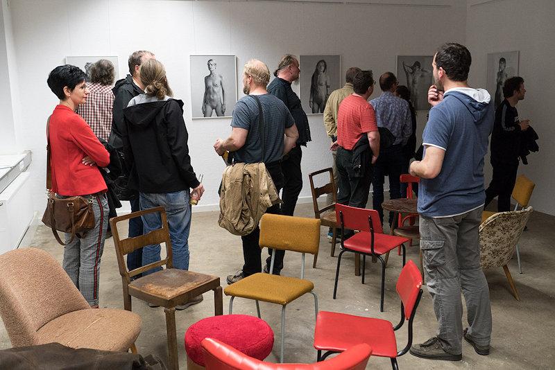Gäste betrachten S/W Fotografien von Matthias Schneege