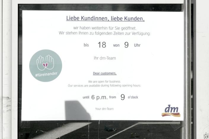 dm-Schild mit Öffnungszeiten an einer Tür zur Altmarkt-Galerie Dresden