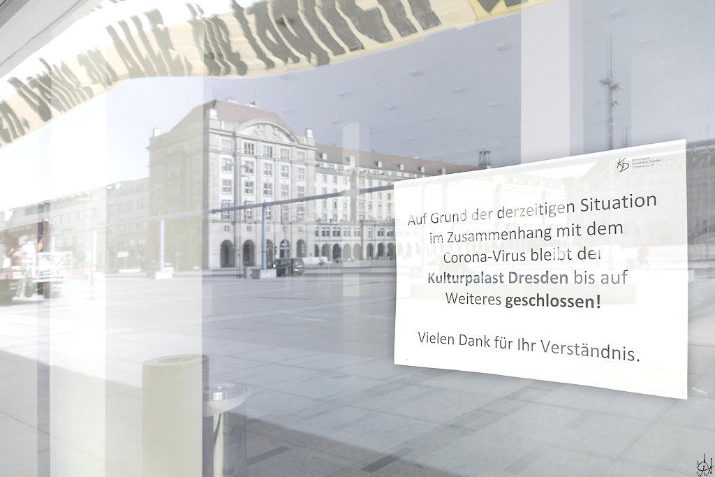 Dresdner Kulturpalast mit Hinweisschild auf Schließung wegen Corona-Virus