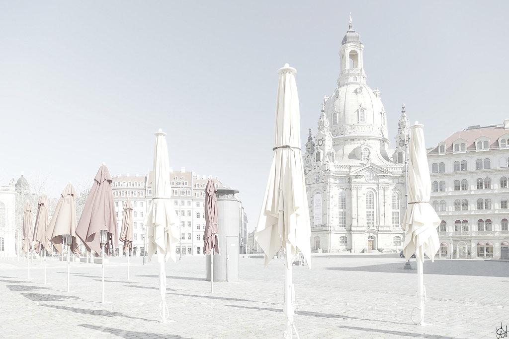 Dresdner Neumarkt mit Blick zur Frauenkirche, im Vordergrund gechlossene Sonnenschirme