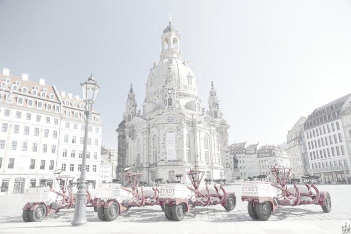 Dresdner Neumarkt, Blick zur Frauenkirche, im Vordergrund rote Konferenzfahrräder