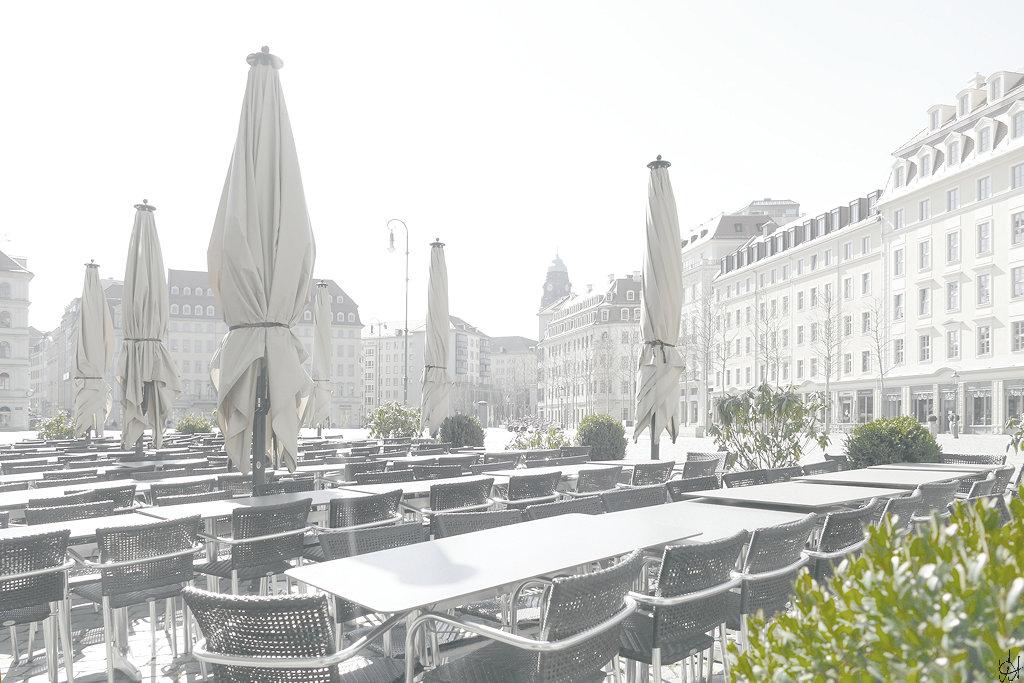 Dresdner Neumarkt, Blick Richtung Wilsdruffer Straße, im Vordergrund leere Tische und Stühle