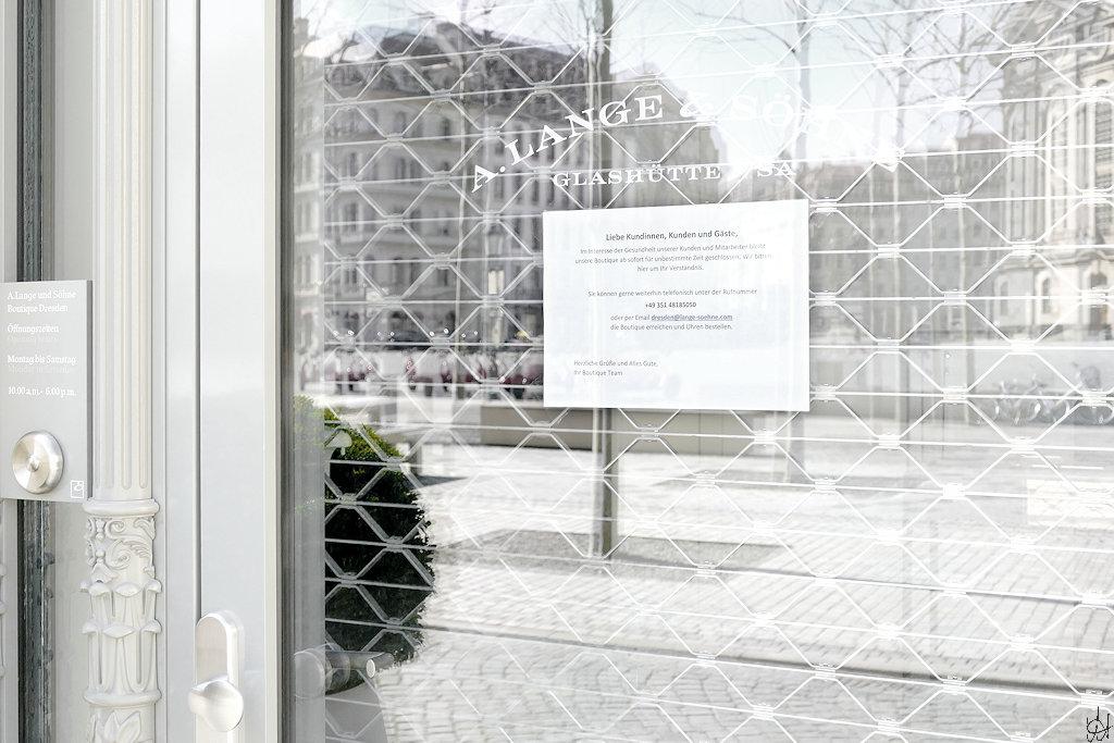 geschlossener Eingang zum Lange & Söhne Geschäft auf dem Neumarkt mit Hinweisschild