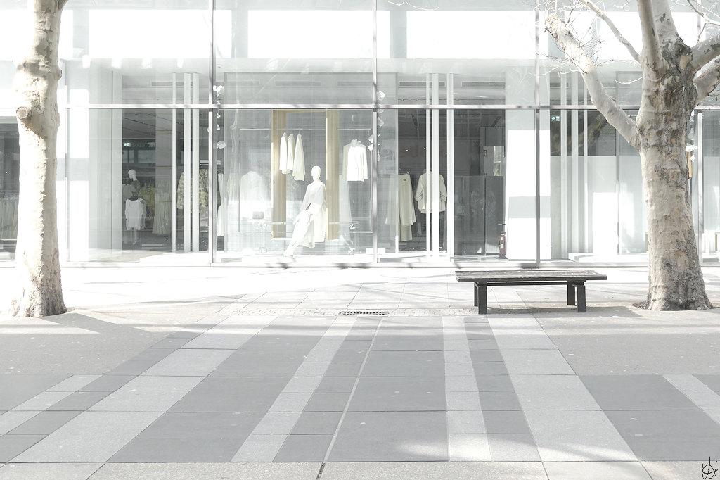 Blick von der Prager Straße Dresden in einen geschlossenen Laden der Centrum-Galerie