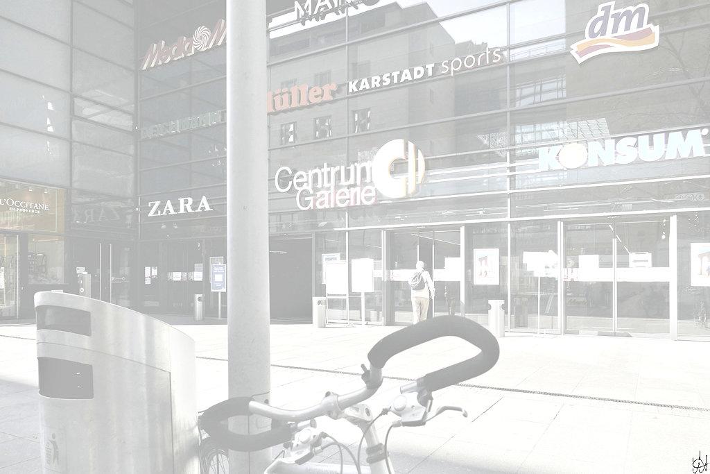 ein Mann geht durch den Haupteingang der Centrum-Galerie auf der Prager Straße