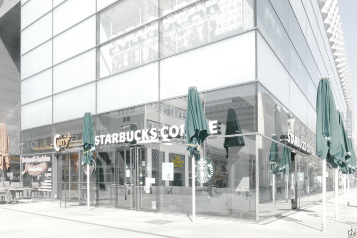 geschlossene Sonnenschirme, keine Menschen vor dem Starbucks-Coffee in der Centrum-Galerie