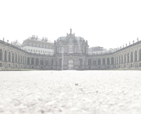 Im Dresdner Zwinger mit Blick Richtung Glockenspiel-Pavillon