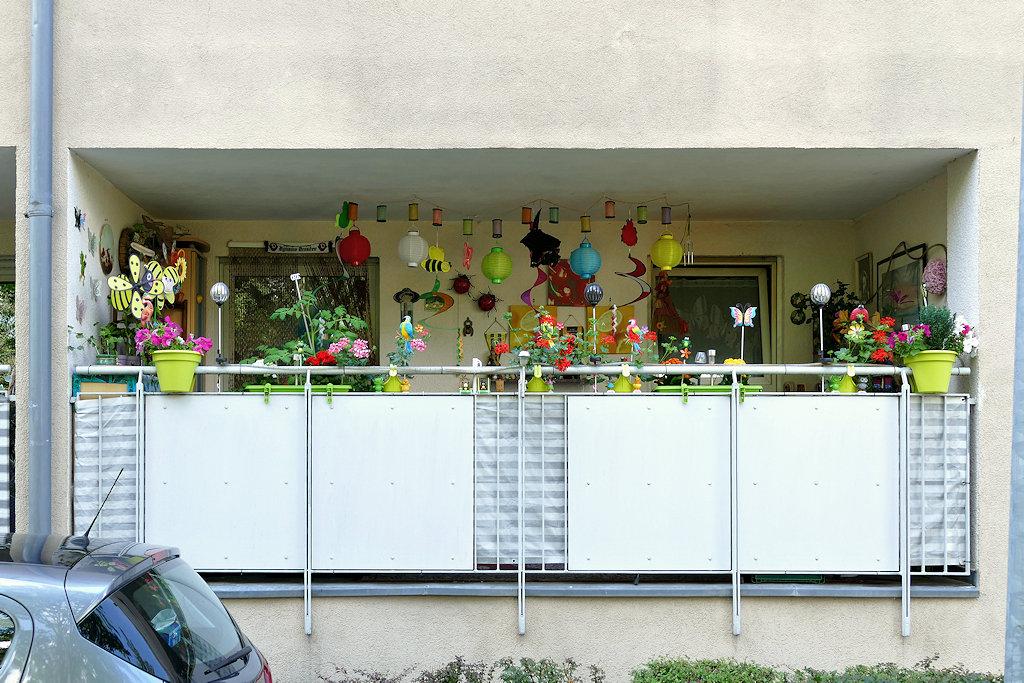 üppig dekorierter Balkon
